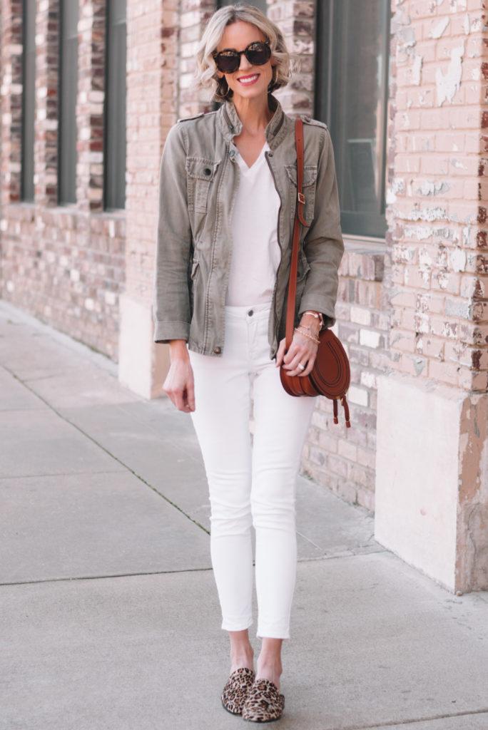 mini casual capsule wardrobe, 13 pieces, 10 outfits - white jeans, white t-shirt, utility jacket