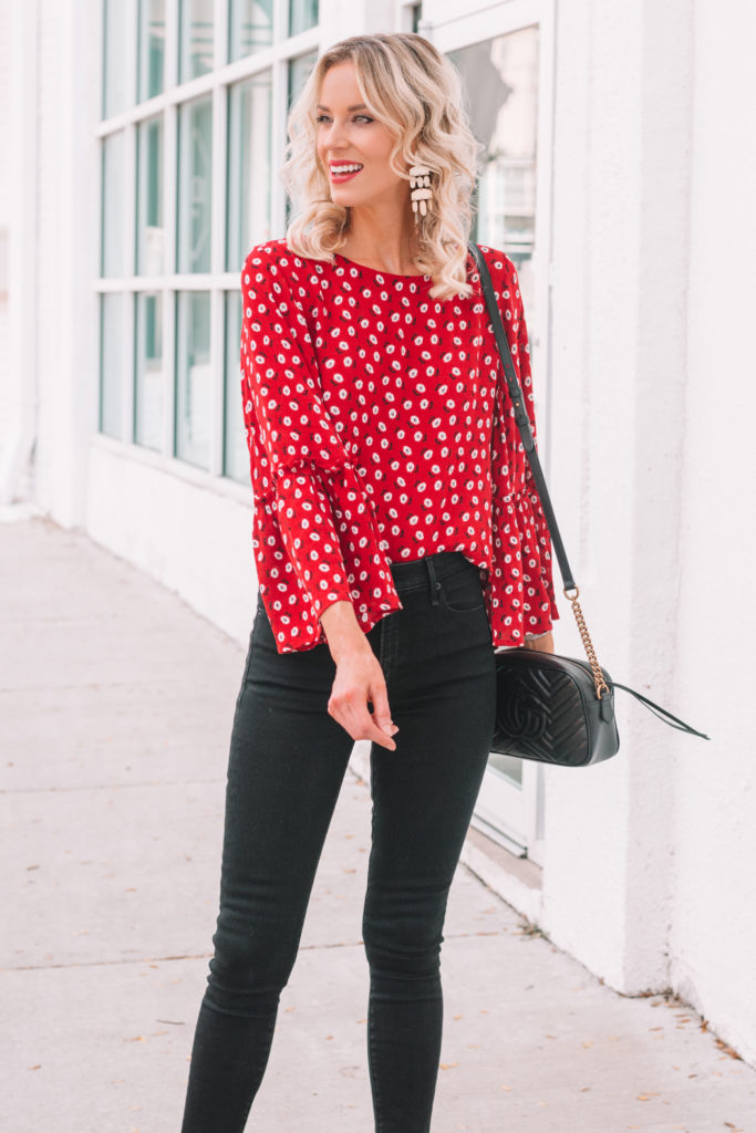 red floral print blouse with black skinny jeans
