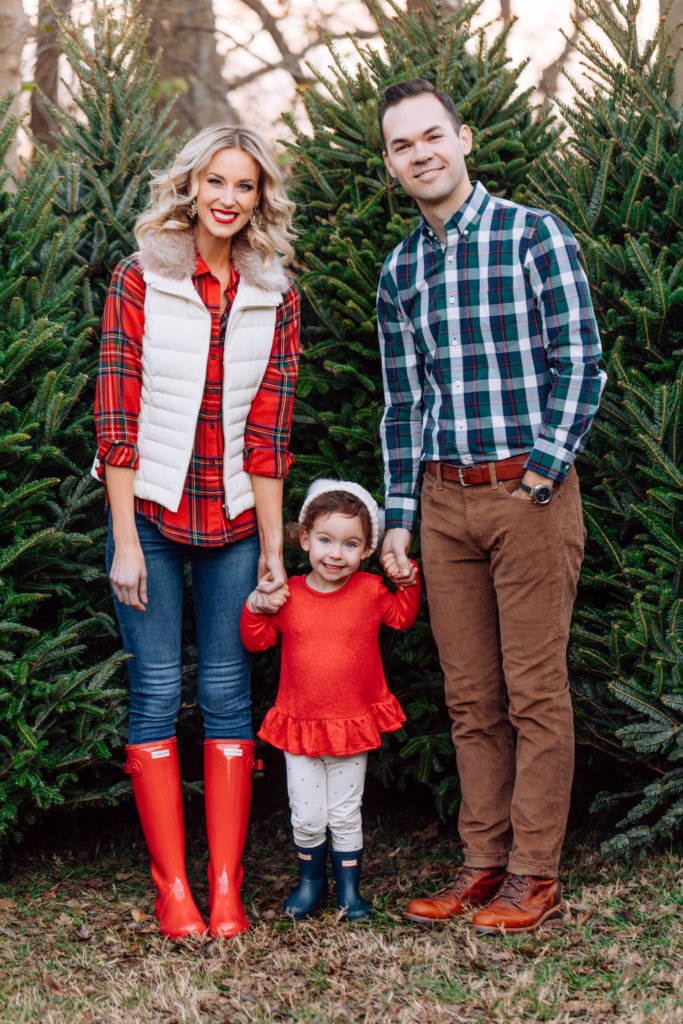 red hunter boot outfit, how to wear red hunter boots, what to wear for family Christmas tree farm photos, Christmas flannel, Christmas plai