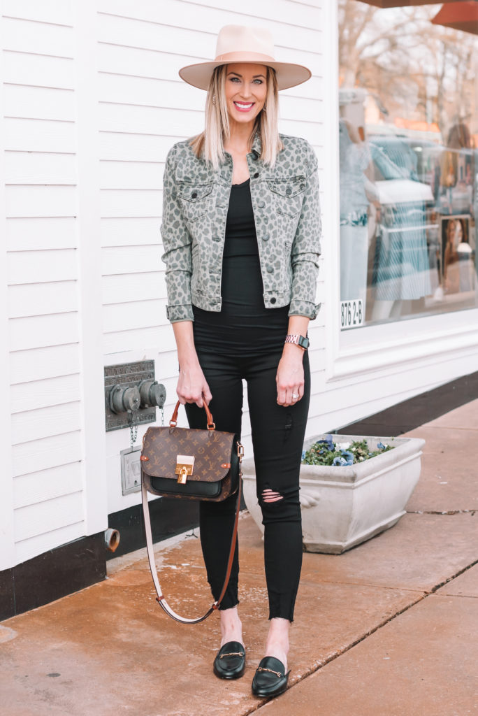 spring maternity outfit, all black maternity outfit with jacket