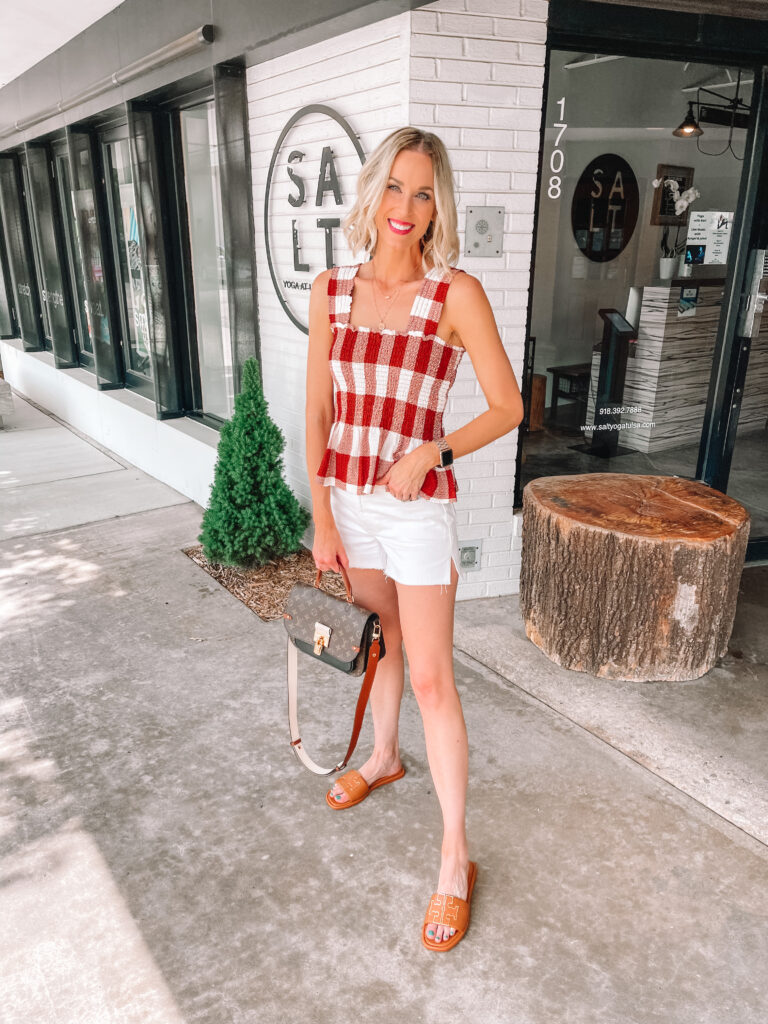 I am loving these white shorts! It's so fun to have an alternative to regular denim. Today I wanted to share some white jean short outfit ideas.