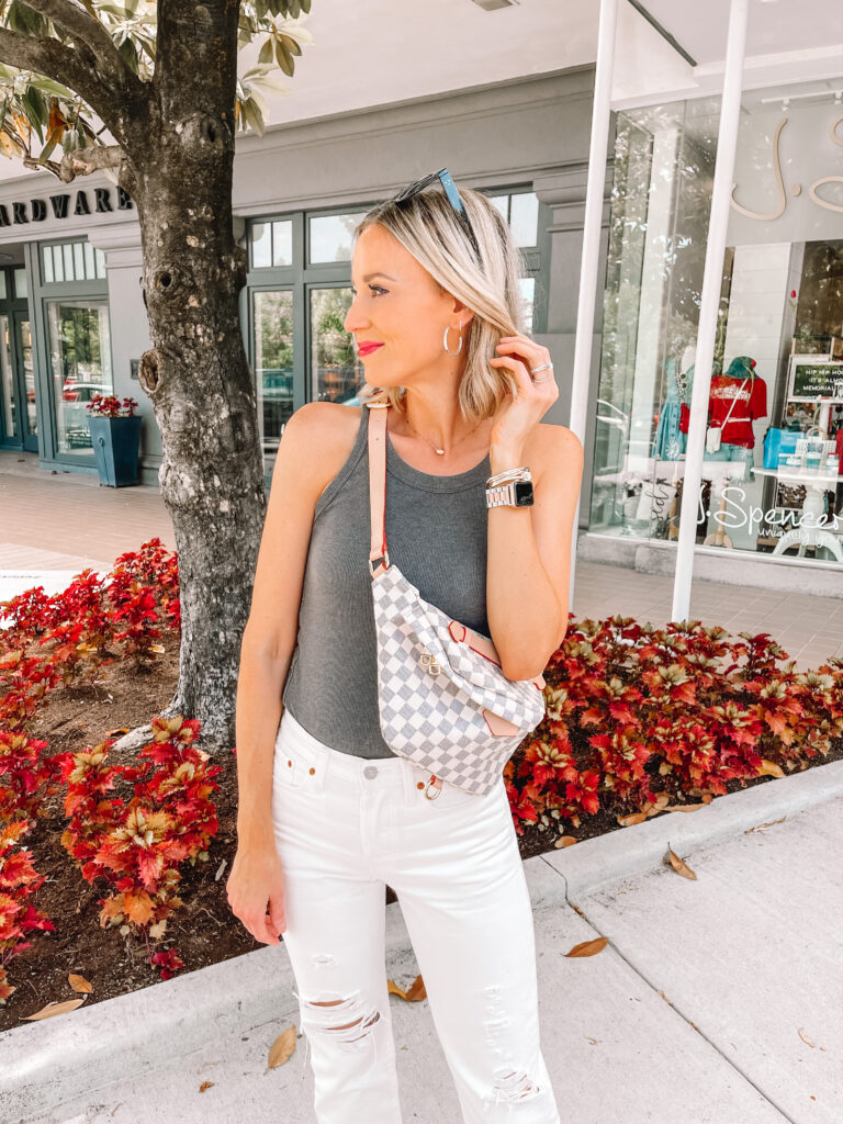 White jeans with a simple tank and good jewelry always makes so a chic combo!